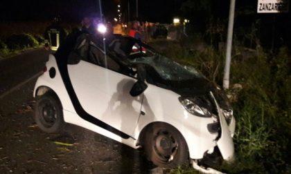 Auto contro un palo della luce, ferito il giovane alla guida