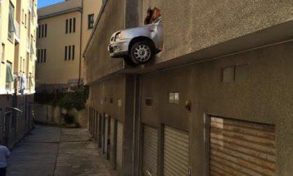 Auto resta sospesa in via Aosta, nonnina salvata dai vigili