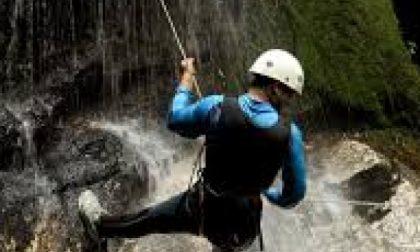 Donna si sfracella mentre si lancia nel torrente