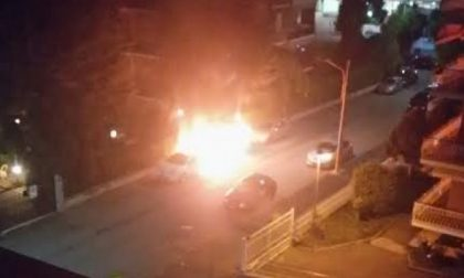 Piromane di nuovo in azione, due auto in fiamme nella notte