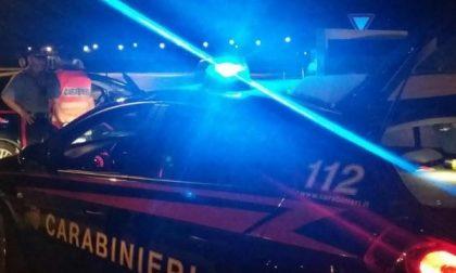 Ubriaco va a sbattere contro un'auto parcheggiata in strada, insulta e minaccia i carabinieri chiamati sul posto