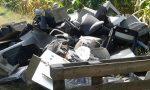 Vecchi computer e televisori abbandonati sulla pista ciclabile