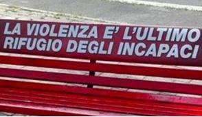 Alla Festa dell'Unità una panchina rossa per non abbassare gli occhi