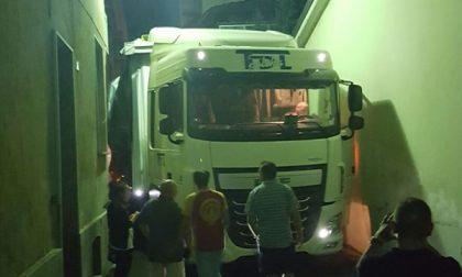 Ancora un camion incastrato a Favria