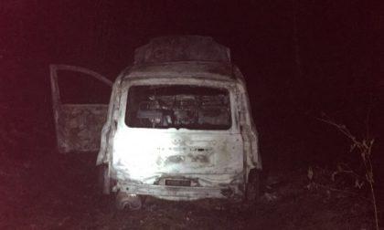 Auto data alle fiamme nella boscaglia