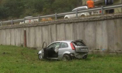 Auto finisce fuoristrada a Sparone