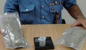 Beccato dai carabinieri con un etto di marijuana
