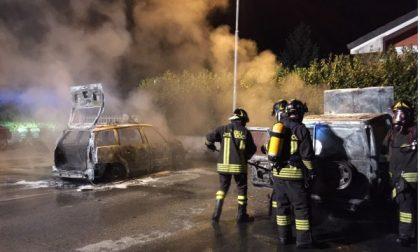 Due auto date alle fiamme: sono dello stesso proprietario