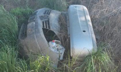 Pezzi di un'auto abbandonati in piena campagna