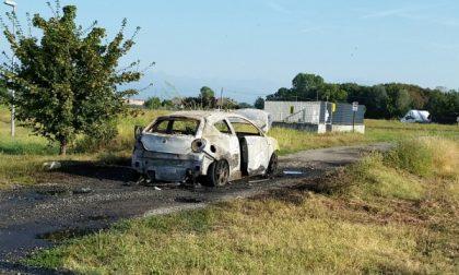 Rubano l'auto e poi la bruciano