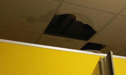 Il soffitto della scuola di Leini perde i pezzi
