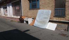 Via Remmert nei rifiuti: protesta il condominio