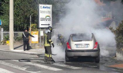 Un auto va a fuoco in corso Indipendenza