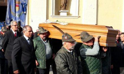 Una folla commossa ha salutato don Perotti