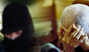 Banditi rapinano una coppia di anziani in casa
