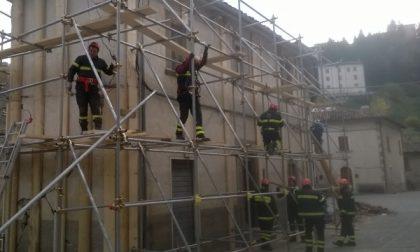 Protezione civile e vigili del fuoco sui luoghi del terremoto