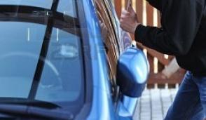 Raffica di furti sulle auto nel parcheggio davanti alle scuole