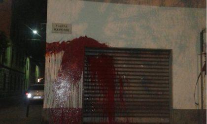 San Maurizio tra i vandali… imbrattata di vernice la saracinesca di un negozio