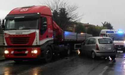 Scontro auto contro camion a Salassa