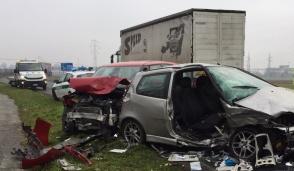 Frontale tra due auto: tre i feriti