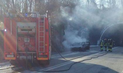 """Auto in fiamme sulla """"Pedemontana"""""""