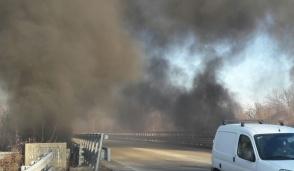 Incendio sotto il ponte della Pedemontana: la strada è stata riaperta