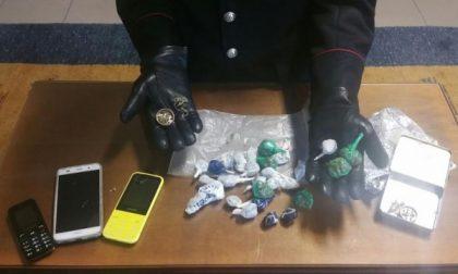 Durante la perquisizione si avventa contro i carabinieri che trovano 26 ovuli di marijuana nascosti in casa