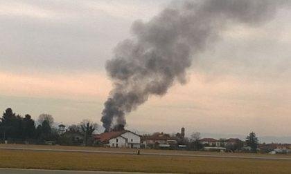 Tetto in fiamme nei pressi dell'aeroporto Pertini