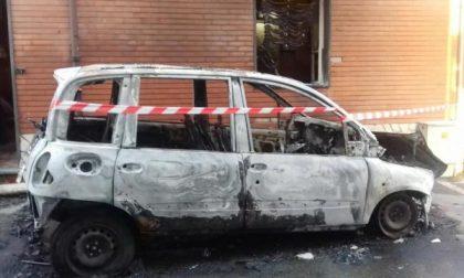 Un'auto è andata a fuoco nella notte a Leini