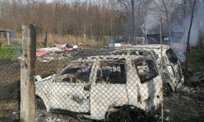 Misterioso incendio distrugge due auto abbandonate e un capanno
