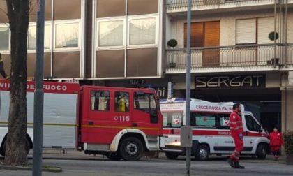 Minaccia di gettarsi dal secondo piano in pieno centro a Rivarolo