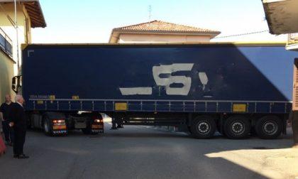 Ancora un camion incastrato in centro a Favria