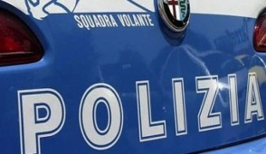 """Clandestino beccato dai poliziotti mentre """"ripulisce""""  20 auto durante la partita Juve-Barça"""