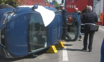 Esce di strada con l'auto: donna ferita