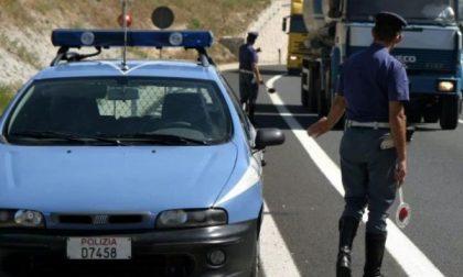 Fermati dalla Polizia, la targa della loro auto era manomessa