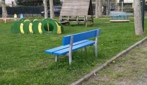 Una panchina blu per la giornata sull'autismo