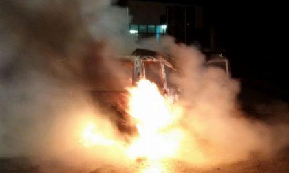 Autofurgone a fuoco nella notte a San Giusto