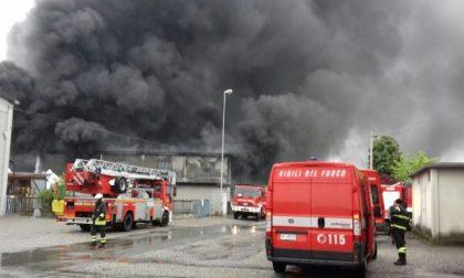 Incendio in azienda a Leini, Vigili del fuoco all'opera per domare le fiamme