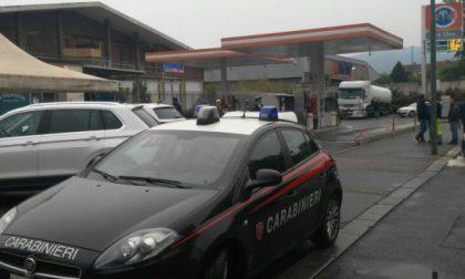 Sparatoria ad un distributore di benzina, titolare ferito alle gambe