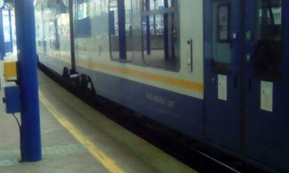 Treni bloccati: un uomo corre sui binari