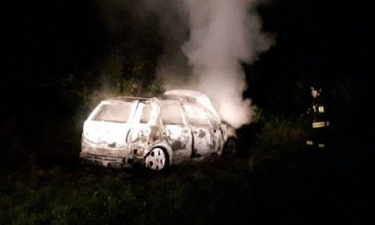 Auto rubata e data alle fiamme