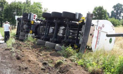 Camion carico di latte si ribalta a bordo strada