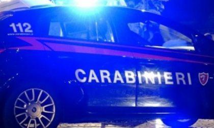 Minaccia e colpisce i carabinieri: arrestato
