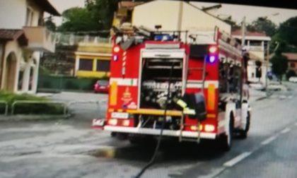 Auto esce di strada e lascia senza luce e gas  i residenti