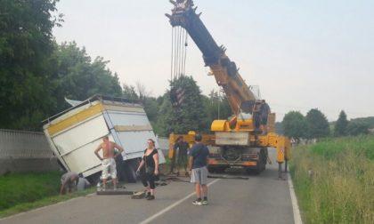 Camion fuori strada, Provinciale chiusa al traffico