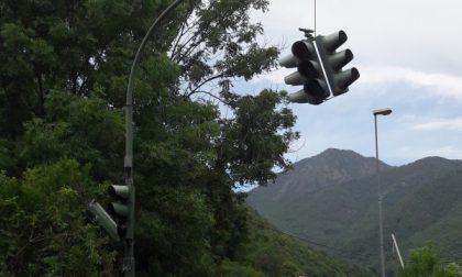 Distrutto il semaforo: chi ha visto?