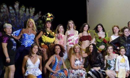 In passerella sfilano modelle vestite di abiti e… fiori