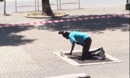 Profugo si mette a urinare in un tombino in pieno centro città: era stato appena dimesso da psichiatria