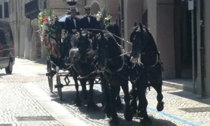 Ultimo viaggio terreno scortato dagli amati cavalli