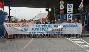 """Comital, Airaudo: """"La chiusura disastro sociale"""" (Il video del presidio davanti alla fabbrica)"""